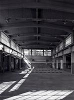 Die hohe Halle: Die ausgeräumte KFZ-Werkstatt