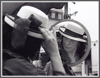 Frauenblick im Spiegelglas